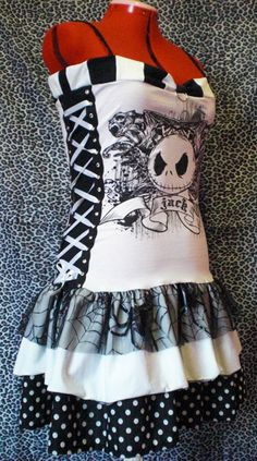 love this t-shirt reconstruction! cute!!! [black & white] Could do this with so many t-shirts, Especially for the kiddies and turn it into a fun apron!