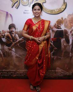 I seen so many times the way of saree draping style is common to all with basic and straightforward. Maharashtrian Saree, Marathi Saree, Marathi Bride, Marathi Wedding, Marathi Nath, Drape Sarees, Saree Draping Styles, Saree Styles, Blouse Styles