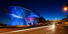 BMW Welt - Google 搜索 Unusual Buildings, Modern Buildings, Bmw, Facade Lighting, Contemporary Architecture, Art Nouveau, Opera, Munich Germany, Night