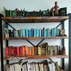 In an act of love and generosity @startswithkopi  has allowed me to arrange books by spine colour.