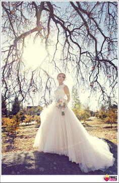 I love this fashion inspired wedding photo. truelovephoto.com