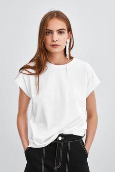 Women's Basic T-shirts Mom Outfits, Spring Outfits, Fashion Photography Poses, Blank T Shirts, Shirt Mockup, Fashion Project, Zara, Christian Shirts, Fashion 2018