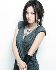 Vicki Zhao Glamor di Setiap Penampilannya - Foto 3 dari 20