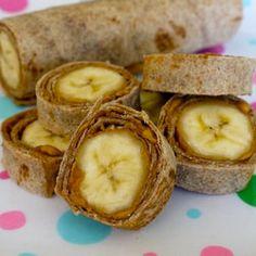Banana Dog Bites from Weelicious. Add peanut butter, a whole banana, roll up and then slice. Banana Roll, Banana Nut, Grab And Go Breakfast, Banana Bites, Banana Sushi, Banana Pancakes, Fruit Sushi, Banana Snacks, Fruit Roll