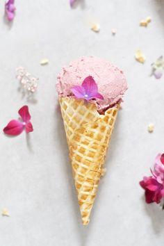 Kesäikävä? Maidoton vadelma-ruusujäätelö valmistuu helposti ilman jäätelökonetta ja tuo häivähdyksen kesätunnelmaa.