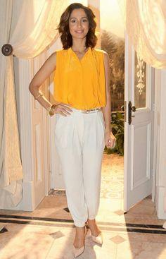Gente, eu amei esse look da Camila Pitanga! ✨ Uma boa combinação de cores, que é tendência e que pode ser acrescida de blazer da mesma cor da calça, nude, preto ou azul. #yellow #fashiontrend #fall