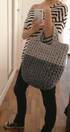 Chunky crochet bag is super cute. Now if only I knew how to crochet! Diy Tricot Crochet, Crochet Tote, Chunky Crochet, Crochet Handbags, Crochet Purses, Knit Or Crochet, Learn To Crochet, Crochet Crafts, Crochet Projects
