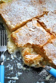 Μπουγατσομηλοπιτα Mashed Apples and cream phyllo dough pie Greek Sweets, Greek Desserts, Greek Recipes, Desert Recipes, Cook Desserts, Phylo Dough Recipes, Low Calorie Cake, Brunch, Greek Cooking