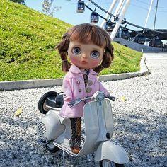 Do you want to ride my Vespa? • • • #Sonydolls #blythedoll #blythe #custombysony #customtoy #dolls #muñeca #vespa #scooter #toyphotography #photography #picoftheday #puebla #mexico #bigeyes #dollstagram #ブライス #toyunion #toys4life #estrelladepuebla #ruedadelafortuna #ferriswheel #park #ride #motorcycle #harleydavidson #holidays #trip #ilovemyjob #Natalia