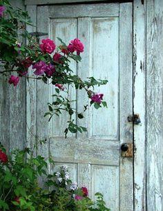 Portas e Janelas /Doors & Windows Cool Doors, Unique Doors, Knobs And Knockers, Door Knobs, When One Door Closes, Colorful Roses, Closed Doors, Garden Gates, Doorway