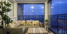 Nessa varanda, as plantas e o revestimento das almofadas dão sensação acolhedora ao espaço. Projeto da designer de interiores Adriana Scartaris.