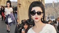 Such a cool look. Love her flip hairdo, sunglasses and ladylike bag.