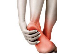Quais são os melhores exercícios para tratar um esporão calcâneo. Um esporão calcâneo é uma formação óssea que se forma sobre o osso calcâneo (osso do calcanhar). Esta protuberância causa dores em quem sofre dele, especialmente ao caminhar e realizar outras atividad...