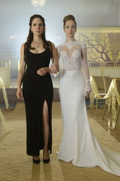 Lost Girl - Anna Silk as Bo and Ksenia Solo as Kenzi Kenzie Lost Girl, Lost Girl Bo, Ksenia Solo, Anna Silk, Lost Girl Fashion, Movies And Series, Tv Series, Canadian Actresses, Wedding Dresses For Girls