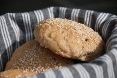 Grove rundstykker med havre og solsikkekjerner - chezENGH Hamburger, Bread, Food, Meals, Breads, Bakeries, Yemek, Hamburgers, Patisserie