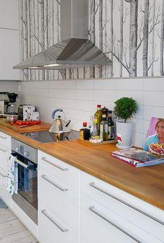 Modern and cozy apartment in Linnestaden Kitchen Wallpaper, Wood Wallpaper, Wooden Kitchen, Kitchen Dining, Kitchen Backsplash, Kitchen Cabinets, Paris Kitchen, Wood Counter, Cozy Apartment