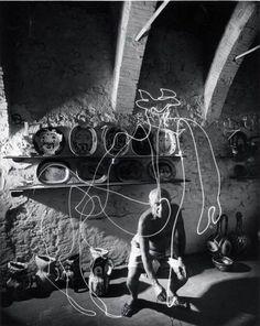 """Gjon Mili. Pablo Picasso """"dibuja con luz"""". 30 de enero, 1950."""
