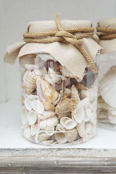 Conchiglie in vaso - Vaso di vetro con conchiglie per arredare casa al mare con il fai da te.