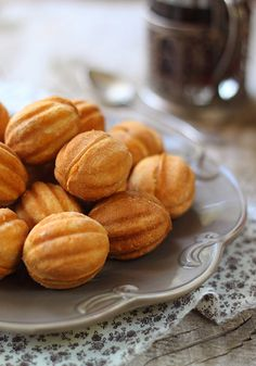 Oreshki - Russian walnut molded cookies filled with dulce de leche.Oreshki - Russian walnut molded cookies filled with dulce de leche. Nut Recipes, Avocado Recipes, Cookie Recipes, Dessert Recipes, Lunch Recipes, Russian Desserts, Russian Recipes, Delicious Desserts, Yummy Food