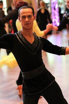 Теперь партнеры играют ведущую роль не только в танце, но и в моде. Мужчины с уверенностью доминируют на танцплощадках, приковывая наш взгляд к своим костюмам с элементами бондажа, цепочками и вставками из кожи и лака. В качестве основы костюма особенно популярна сетчатая ткань. Бóльшую решительность образу партнеров придают детали в стиле милитари – золотые пуговицы, эполеты, металлические застежки.
