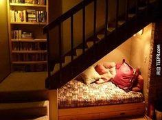 8. 或者可以利用樓梯的角落來創造一個小小閱讀空間。