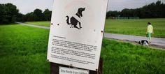 Mehr als eine Tretmine: Hundedreck auf Feldern ärgert Landwirte  Erreger kann bei Rindern Totgeburten verursachen - Ein Schild weist darauf hin, dass Hundekot nicht auf Landwirtschaftsflächen gehört. - © dpa
