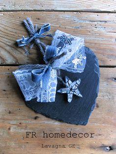Decoro natalizio. Cuore in ardesia ligure realizzato a mano e piccola stellina grigia in mosaico. Disponibili al laboratorio di Lavagna GE dal 25 novembre.