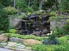 cascade bassin de jardin décoré d'une végétation abondante