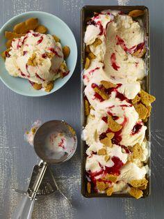 Il Gelato Spagnola è un dolce al cucchiaio la cui base è un gelato alla crema variegato con amarene, utilizzate una gelatiera per farlo come al bar.