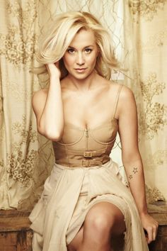 kellie pickler. gorgeous & classy. Love her hair!!!