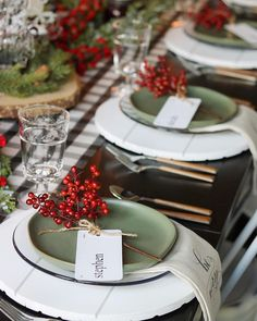 Dekoration Weihnachten - Classic Red and Green Christmas Tablescape Ideas Noel Christmas, Green Christmas, Christmas Crafts, Luxury Christmas Decor, Simple Christmas, Winter Christmas, Christmas Table Settings, Christmas Tablescapes, Holiday Tablescape