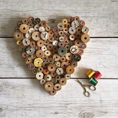Nähen Geschenk, Bauernhaus Herz Dekor, Sewing Room Decor, Spool Heart, Primitive He . Wooden Spool Crafts, Wooden Spools, Sewing Room Decor, Sewing Rooms, My Sewing Room, Sewing Hacks, Sewing Crafts, Sewing Tips, Sewing Tutorials