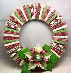 Kranz aus bunt dekorierten Wäscheklammern in den Weihnachtsfarben