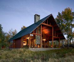 Moderna casa en un Rancho-diseño rústico con espacios alrededor de una chimenea | Tikinti