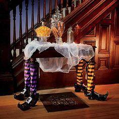 decoracion-halloween-bruja-mesa-piernas