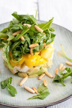 Frischer Avocado-Mango-Mozzarella-Salat schön präsentiert. Und schmeckt!