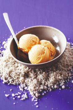 Recette de glace simple, rapide et délicieuse ! 😍  #recette #glace #icecream #miam #summer #food #dessert #caramel #fleurdesel #chef #recettemaison #recetterapide #gourmandiz Ice Cream, Desserts, Simple, Food, Fudge Ice Cream, Quick Recipes, Greedy People, Ice Cream Sandwiches, No Churn Ice Cream
