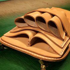 Instagram СМИ по daisukenshin - ножницы случай #кожа #leathercraft #изделия из кожи #ручная работа #ручной #handcut #handsewn #scissorscase #革細工 #革小物 #手裁ち #手縫い #シザーケース #革物工房大輔 #レザークラフト