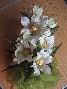 Los lirios son delicadas flores, con una fragancia agradable. En la antigua Roma, simbolizaban el lujo, la riqueza y el éxito. Estas bellas flores eran las favoritas para decorar sus casas, ropa e incluso los carros. Hoy te muestro este tutorial para realizar lirios de papel crepé y chocolates. Estas flores pueden servir por sí …