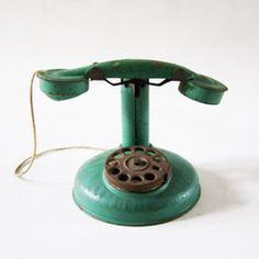 Retour à la liste Téléphone vert  Enfant : LAE 197 - expédition : 2 à 3 jours ouvrés. Joli petit téléphone en tôle vert. Marque Jep 65.00 €Kids