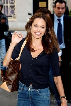 Dresses We chart the fashion transformation and style choices of Angelina Jolie. Angelina Jolie is what we'd call a red carpet siren. Brad Pitt And Angelina Jolie, Angelina Jolie Photos, Jolie Pitt, Angelina Jolie Makeup, Angelina Joile, Celebrity Outfits, Celebrity Style, Look Fashion, Trendy Fashion