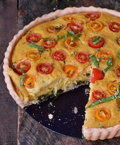 Vegan quiche with a gluten-free pie crust. This recipe is egg-free, dairy-free, soy-free, and can be made nut-free. Great for lunch, dinner or meal prep! Keto Quiche, Quiche Sin Gluten, Zucchini Quiche, Vegan Quiche, Quiche Recipes, Healthy Quiche, Vegan Recipes Videos, Dairy Free Recipes, Vegan Gluten Free