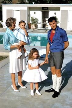 Janet Leigh, Tony Curtis and their daughters Kelly and Jamie Lee.For God's sake who dressed Tony Curtis? Hollywood Couples, Hollywood Icons, Golden Age Of Hollywood, Hollywood Stars, Classic Hollywood, Old Hollywood, Tony Curtis, Jamie Lee Curtis Young, Janet Leigh