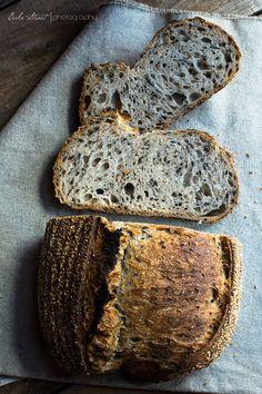Pan de tres sésamos, dorado, negro y crudo para el exterior, elaborado con masa madre. Muy tierno y crujiente en el exterior con un agradable aroma a sésamo tostado.