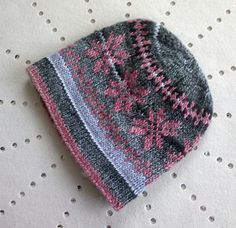 """""""Pink Star"""" on Ravelry : stranded work and variegated yarn in different shades of grey. Lovely knitted hat pattern."""
