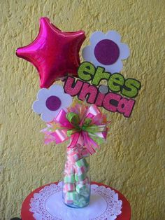 Centro de mesa con golosinas, globos y flores en foamy Craft Gifts, Diy Gifts, Best Gift Baskets, Diy Y Manualidades, Chocolate Bouquet, Candy Bouquet, Ideas Para Fiestas, Party In A Box, Fiesta Party