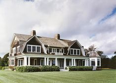 East hampton horton design associates maison d' Les Hamptons, Beach Cottage Style, Beach House, Shingle Style Homes, New England Style, Gambrel, East Hampton, Architecture Details, Curb Appeal