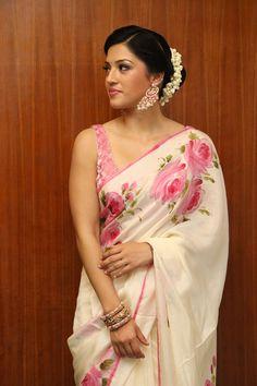 Mehreen Kaur Stills At Tamil Movie Press Meet - Actress Doodles Beautiful Bollywood Actress, Most Beautiful Indian Actress, Bollywood Saree, Bollywood Fashion, Saree Trends, Indian Beauty Saree, Indian Sarees, Stylish Sarees, Sexy Blouse