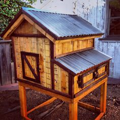 What a beautiful chicken coop made from pallets! See what a little imagination and ingenuity can do?