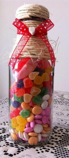 Puedes hacer un maravilloso dulcero reciclando una botella de jugo! Sugar Pop, Love Jar, Candy Packaging, Ideas Para Fiestas, Bottles And Jars, Holidays And Events, Eid, Chocolates, Decoupage